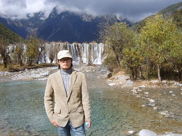 杜海军 1978年9月28日生于江苏宜兴, 毕业于中国美术学院油画系,中国美术家协会会员,现定居上海