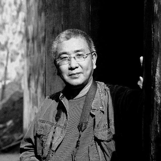 黄阿忠(特邀名家) 1952年生于上海,毕业于上海戏剧学院。现为中国美术家协会会员。上海美术家协会常务理事、上海美协油画艺委会副主任,上海作家协会会员,上海大学美术学院教授。