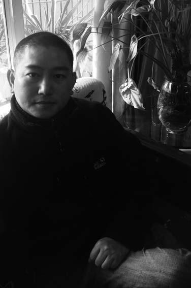 胡继宁 1975年出生,1998年,毕业于安徽工程大学艺术学院。2003~2005年,研修于上海油画雕塑院第二届油画高级创作研修班。2011年,毕业于上海大学美术学院油画系,获硕士学位。现为上海美术家协会油画高研班成员、上海美术家协会会员、上海徐悲鸿艺术研究会会员。