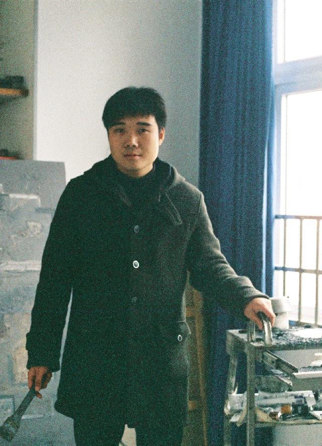陈迪 1985年4月26日出生于河南襄城,2007年毕业于江苏大学艺术学院美术系,获学士学位,现工作生活于上海