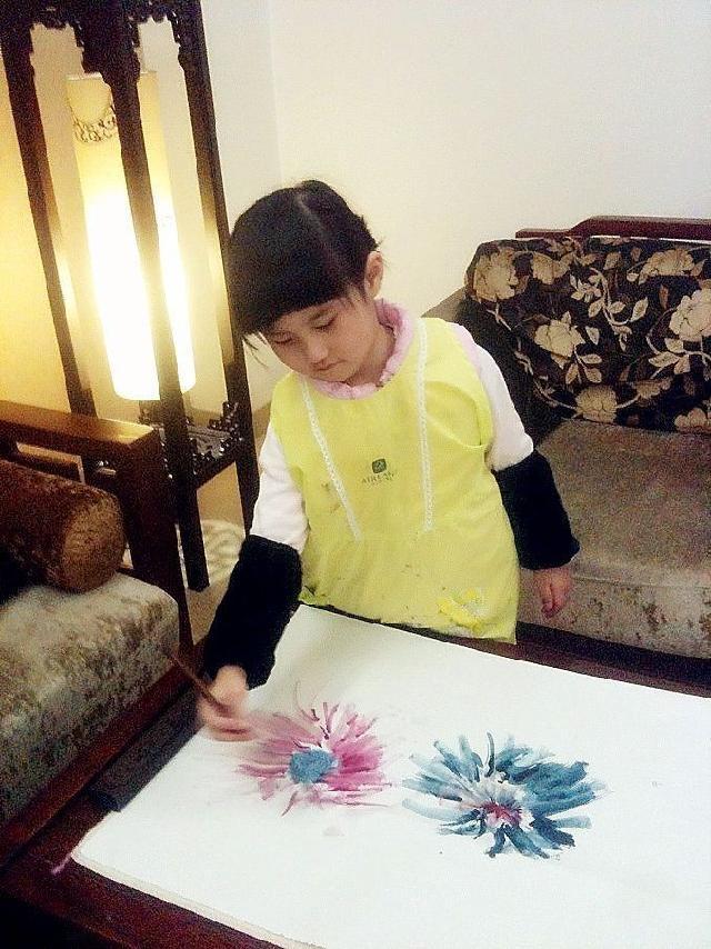 李欣然 小小画家现在四周岁四个月了,画龄已经有37个月咯。从很小就开始执笔作画,现在已经有好多画作咯。六次被登上<父母堂>微刊。