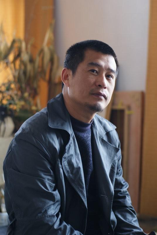 方少军 1969年出生,河南林州人,先后就读于安阳师院艺术系、河南大学工艺系、中央美术学院徐悲鸿画室,并于中国美术学院和苏州工艺美院进修。早期作品主要为油画,师从王宏剑。2008年以来,主要进行水彩画的研究与创作。河南省美术家协会会员,现于河南林州从事职业教育