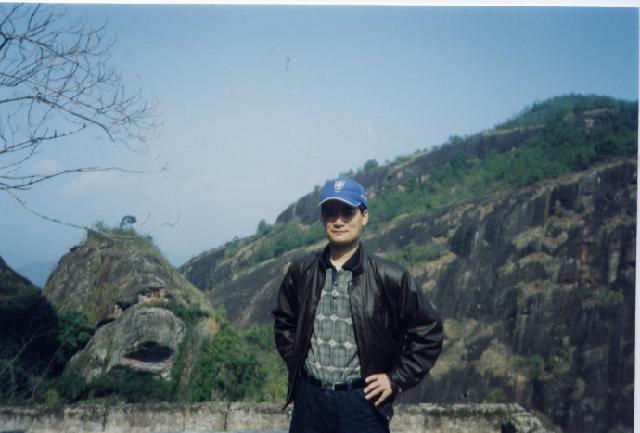 谢俊 1962年生于广东省,大专毕业。先后从事舞台美术、电影美术等工作。现为博物馆文博馆员、副馆长。广东省美术家协会会员,广东省梅州市美术家协会理事,县美术家协会主席。
