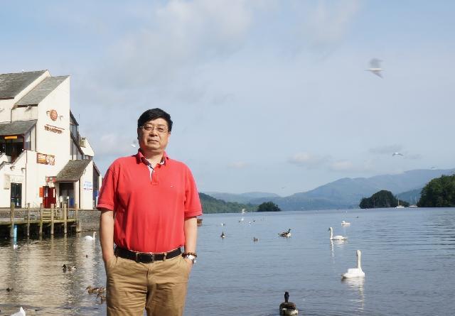 傅钢   1982年毕业于上海师范大学美术系,现为中国美术家协会会员,上海美术家协会会员,上海水彩画研究会理事。