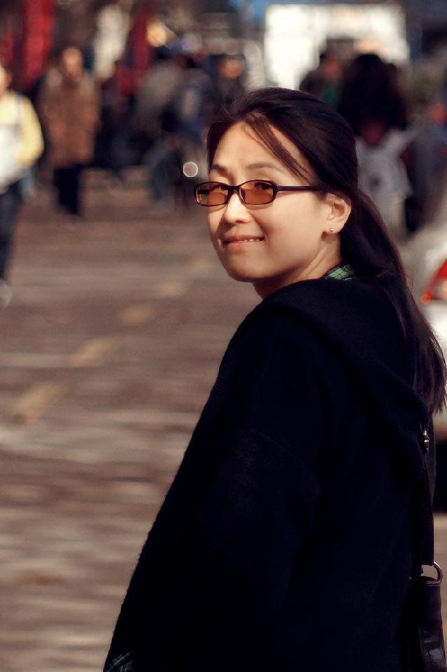 陆煜玮 1977年生于上海。2003年毕业于华东师范大学艺术学院美术学系,硕士学位。现任教于华东师范大学美术学系。